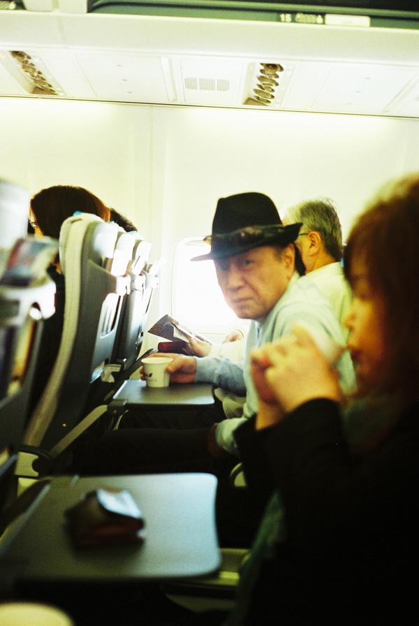 機内で横並び。