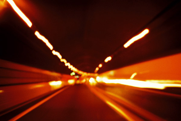トンネル効果。
